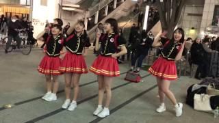 新宿駅Flags前で行われたULTRAGIRL(ウルトラガール)の路上ライブの様子...