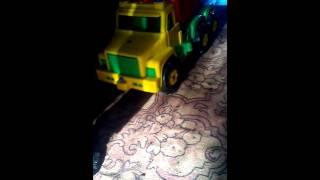 Мальчик играет на машинке 3#