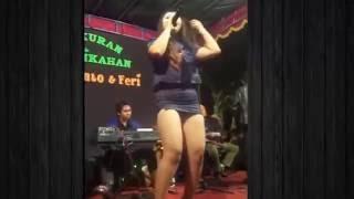 <b>Dangdut Saweran Bejat</b> Sambil Pegang Paha Muluus