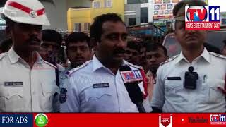 FIGHT BETWEEN TRAFFIC POLICE & AUTO DRIVERS IN TOLICHOWKI | Tv11 News | 23-06-18