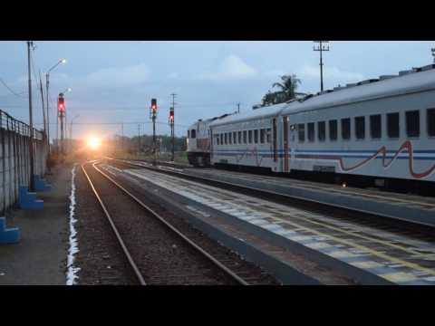 Kereta api Gaya Baru Malam tunggu silang dengan Kereta api Bengawan di Stasiun Karanganyar