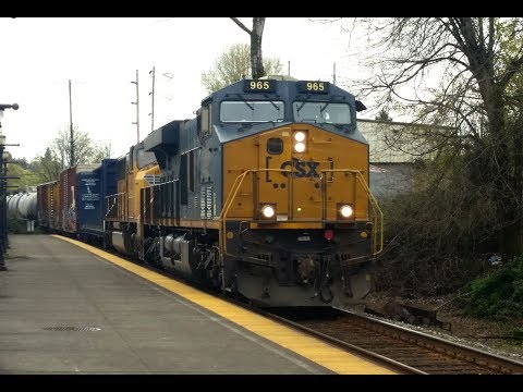 Two Trains in Oregon City - CSX leader and rebuilt SD40-3!