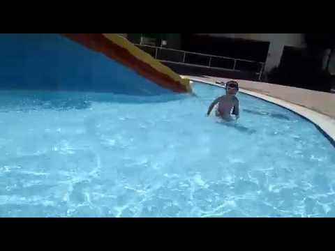 Ника плавает в бассейне