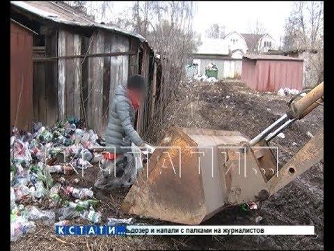 Опасный мусор - агрессивные мусорщицы бросились под бульдозер и напали с палками на журналистов