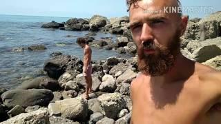 Как отчаянные дикари ловят рыбу в море