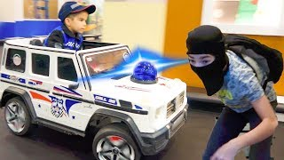 Малыш притворяется что полицейский, ловит грабителя банка и катается на полицейской машине