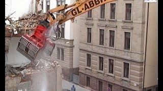 Liebherr R954B HRD pulls down a house / Abbruch Stuttgart, 12.03.2004.