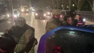 Разбили стекла и положили лицами в асфальт: спецназ задержал группу наркоторговцев