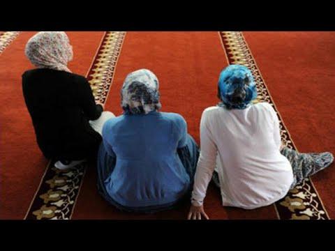 ثلاث نساء يدخلوا الي المسجد دون ملابس فماذا فعلوا وما حدث كان مفاجأة !