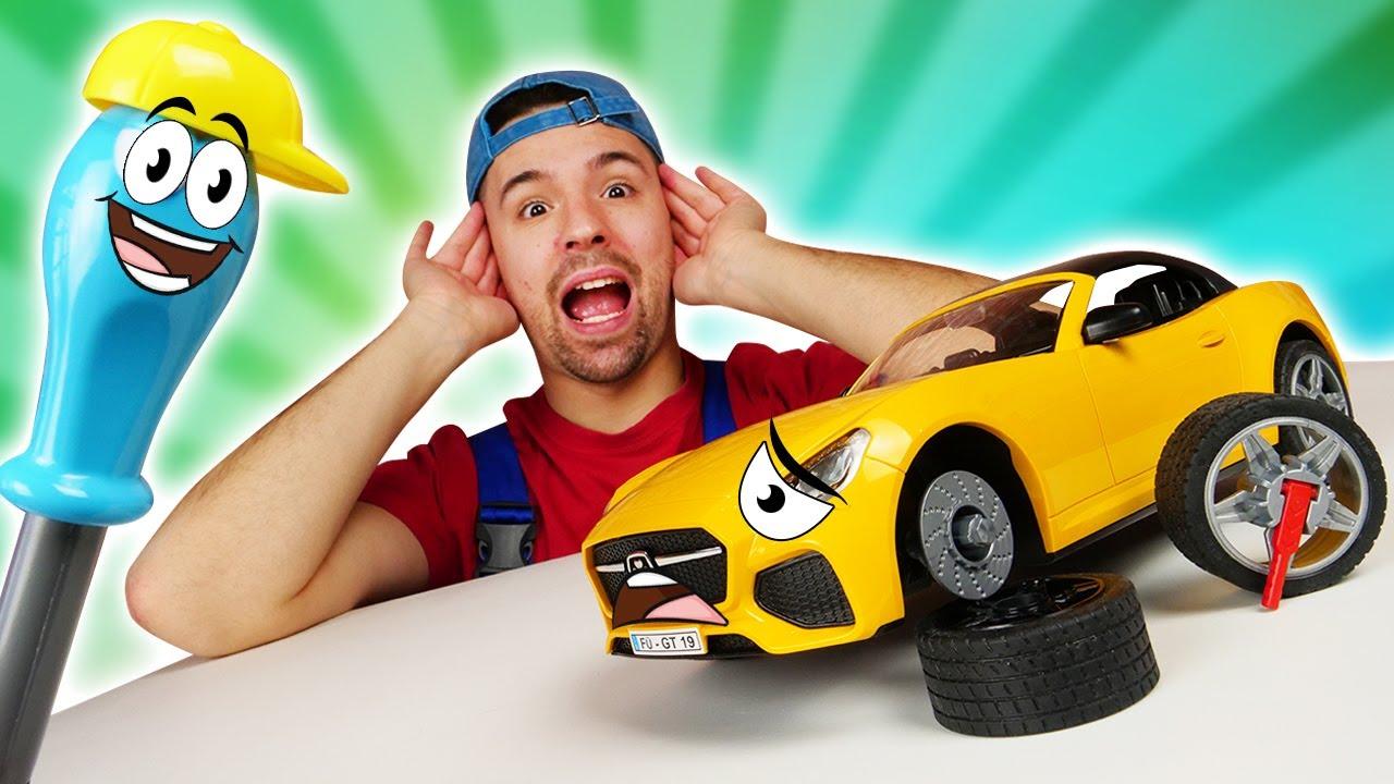 La macchinina da corsa ha i freni rotti! Gioco di meccanico - ripariamo i giocattoli