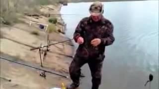 видео приколы на рыбалке 2(Самые смешные курьезы, приколи, и глупости которые могут случится с людьми, животными ,смотрите на нашем..., 2015-03-27T21:41:09.000Z)