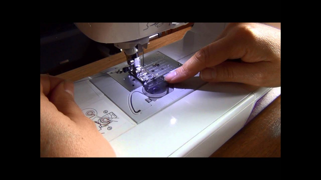 Cómo colocar el hilo inferior en la máquina de coser - YouTube