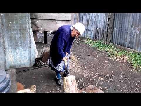 Abuelita de 100 años cortando leña