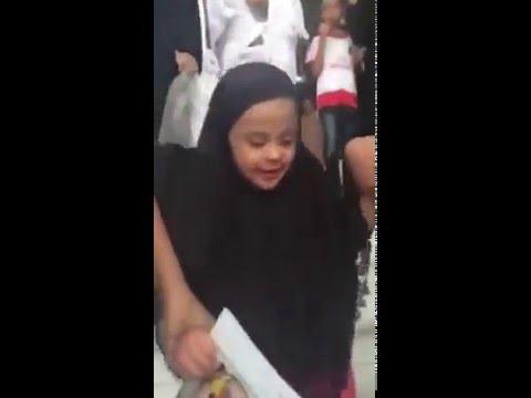 ردة فعل طفلة تشاهد الكعبة لأول مرة بحياتها ... أبكت كلَّ من شاهدها !