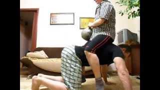 Тренировка дома. Отжимания от пола с грузом.
