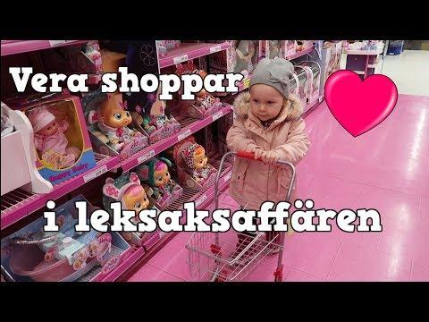 Vera väljer vad hon vill i leksaksaffären!