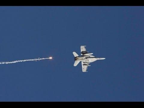 F 18 abatido por um míssil SAM  (fodástico).