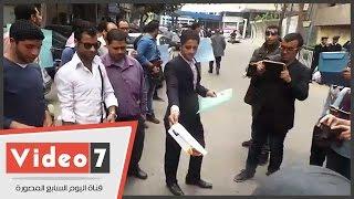 بالفيديو.. أوائل الجامعات يحرقون شهاداتهم أمام
