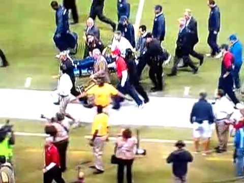 Houston Texans coach Gary Kubiak collapses on the field
