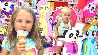 Магазин детских игрушек! Выбираем игрушки. Ксюша и Алиса. Куда пойти с ребенком? Развлечения детям.