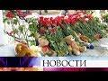 В память о погибших в сгоревшем самолете в аэропорту Шереметьево люди несут цветы и зажигают свечи.