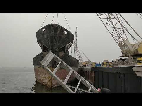 Demolition of ship - Removing forecastle
