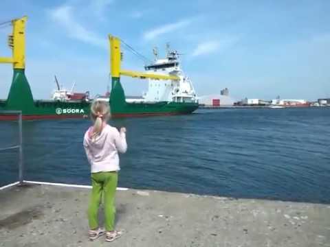 Девочка просит посигналить корабль