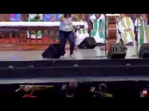 Mulher invade missa, agride e empurra Padre Marcelo Rossi do palco