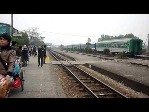 [87] D19E-946 kéo NA6 vào ga Thanh Hóa (19.01.2011)