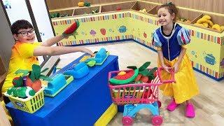 Valentina finge Brincar de mercadinho de brinquedo