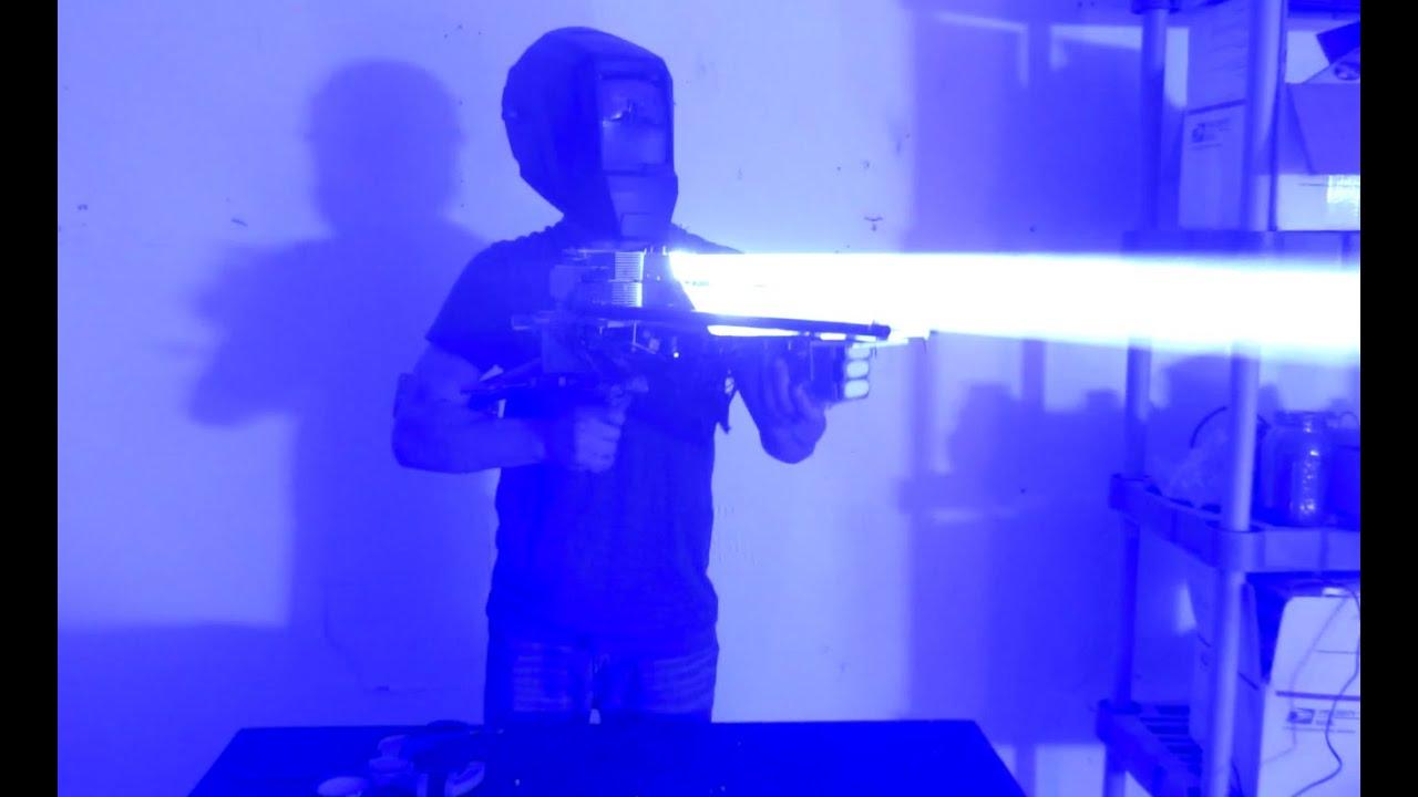 ごみの中からレーザー砲を作りだした少年。