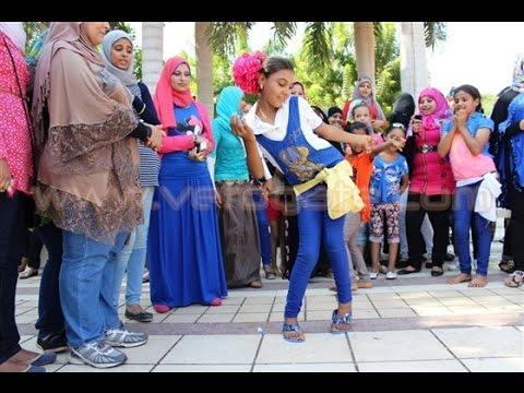 فتاة تتحدى صافيناز وتشعل حديقة الأزهر بالرقص في رابع أيام العيد 2017 thumbnail