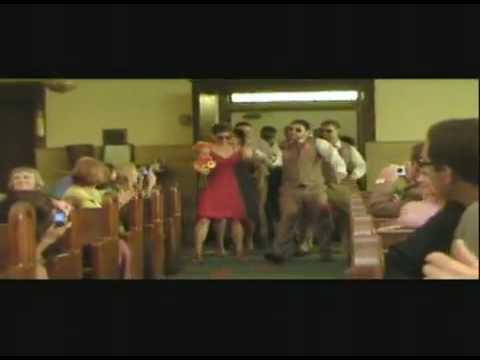 Entrée des mariés et son cortège dans l'église en dansant