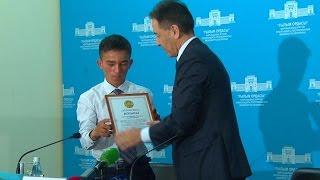 В Алматы наградили школьника, спасшего девочку от насильника