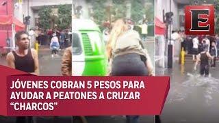 Ayudan a cruzar charcos por 5 pesos en Ecatepec