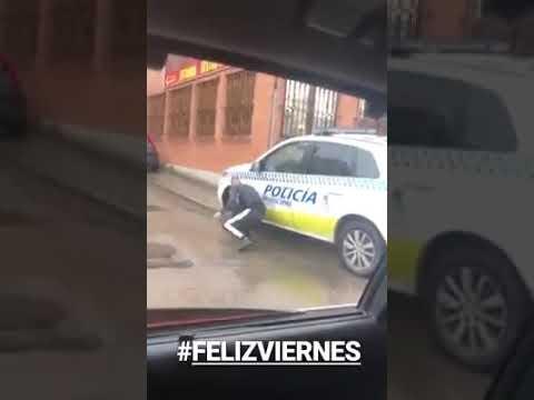 Pincha las ruedas de un coche de Policía y lo cuelga en internet