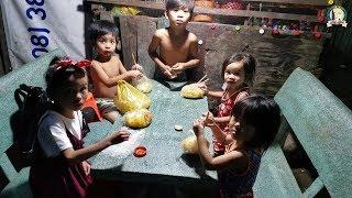 Thỏa mong ước ăn bánh tráng trộn của những đứa trẻ xóm nghèo