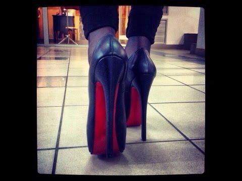 16 июл 2012. В 1992 году во время модного показа кристиан лабутен увидел, как его помощница красит ногти в ярко-красный цвет. Он решил, что его туфлям не хватает как раз этой энергии красного, забрал у ассистентки лак, выкрасил им подошву и, дождавшись когда лак высохнет, отправил туфли.