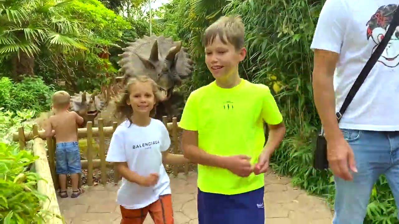 Катя и Макс в парке Динозавров