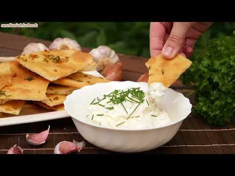 Brot Chips mit Sour Cream & Onion Dip