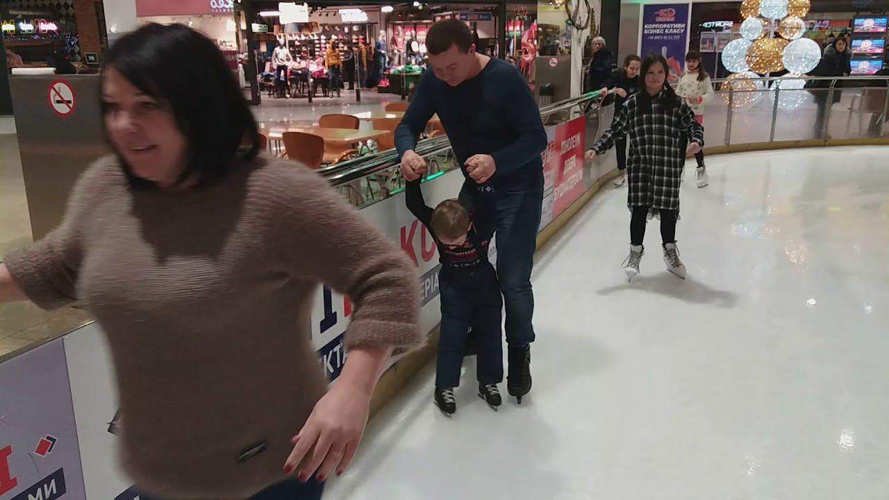 Как кататься на коньках! Илья впервые на коньках. Нам 5 лет. Полтава торговый центр Экватор.