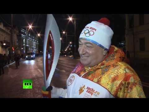 Шаварш Карапетян во второй раз пробежал с олимпийским огнем
