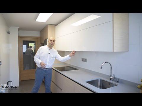 Video de cocinas blancas modernas con madera estilo for Muebles de cocina suarco