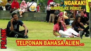 Download lagu TELPONAN BAHASA ALIEN DISAMPING ORANG Prank Indonesia
