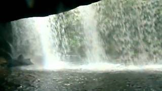 滝の裏側へ回れる珍しい滝です.