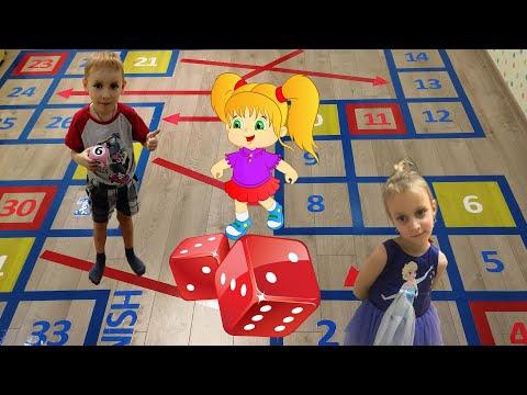 ГИГАНТСКАЯ ИГРА.  Леша и Полина играют в огромную игру