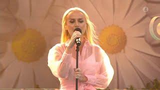"""Anna Bergendahl sätter eld på Liseberg med låten """"Ashes to Ashes""""  - Lotta på Liseberg (TV4)"""