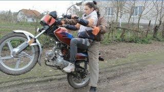 Папа учит дочь ездить  на мотоцыкле(полная версия)