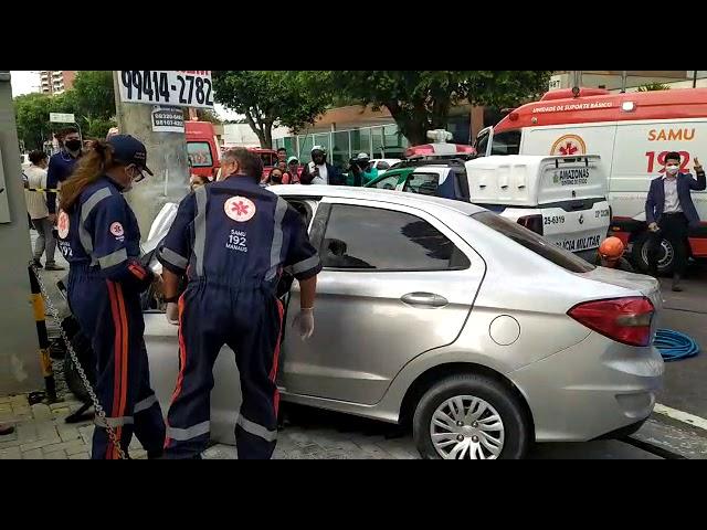 Casal morre após carro colidir contra poste em avenida de Manaus; veja o vídeo