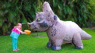 Stacy joga em uma loja de doces com um dinossauro